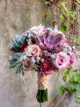 Bukiet ślubny z fioletowymi sukulentami